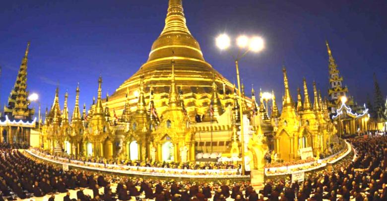 シェダゴンの新年式典に 1万8,000人の僧侶